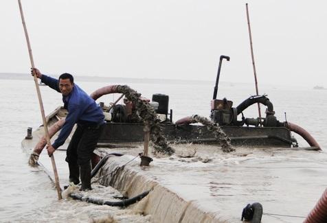 Nạn cát tặc: Dưới sông quyết liệt, trên bờ dửng dưng