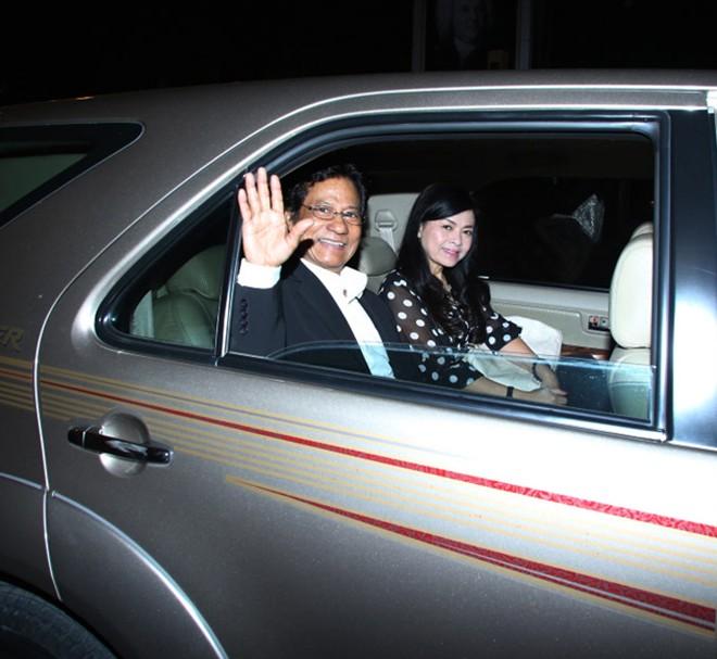 Chế Linh cùng người vợ thứ 4 về Việt Nam
