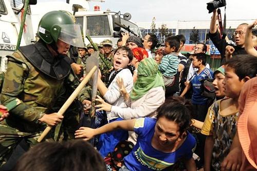 Một cảnh bạo loạn ở Tân Cương.