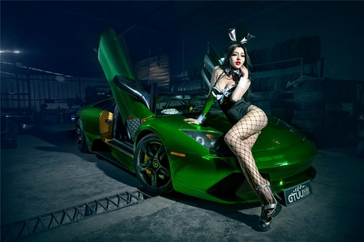 """Chân dài nóng bỏng """"đốt mắt"""" bên siêu xe Lamborghini Murcielago"""