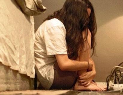 Thấy cô gái im lặng, thầy giáo lại mò vào phòng hiếp dâm