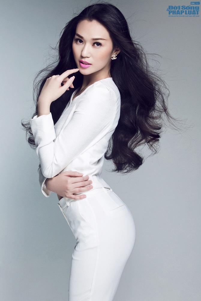 """Khánh My táo bạo diện vest """"thả rông"""" vòng 1"""
