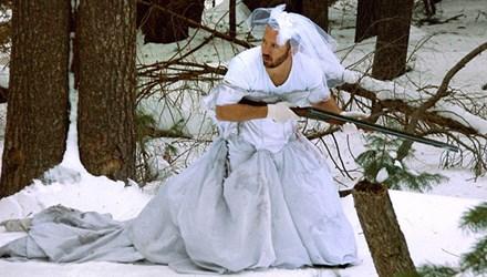 """""""Hành hạ"""" váy cưới của vợ cũ sau khi ly hôn"""