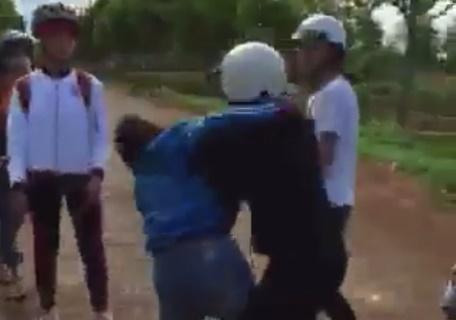 Nhóm nữ sinh bắt bạn quỳ giữa đường rồi đánh đập