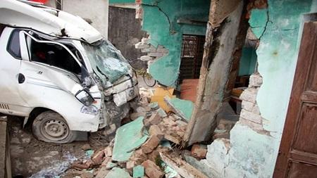 Xe tải mất lái đâm sập nhà dân, 3 người thương vong