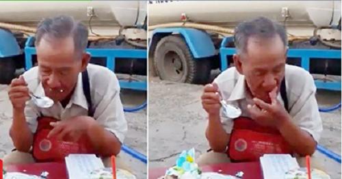 Xúc động hình ảnh cụ ông bán vé số ngồi ăn chiếc bánh sinh nhật dở dang