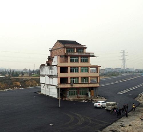"""Bất lực với những ngôi nhà 'cứng đầu"""" và """"lì lợm"""" nhất Trung Quốc"""