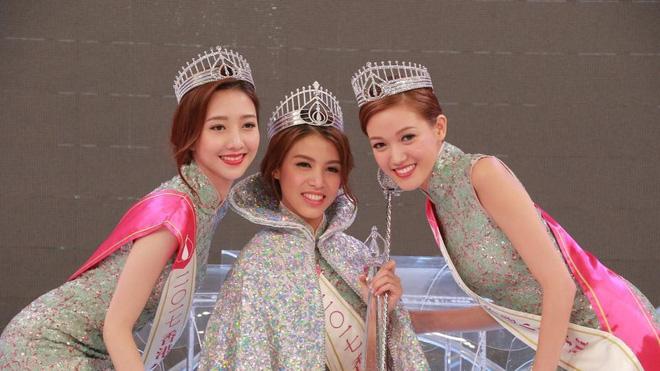 Dư luận Hồng Kông bức xúc vì Hoa hậu 2017 răng hô xấu xí, Á hậu lại có nhan sắc tuyệt trần - Ảnh 1.