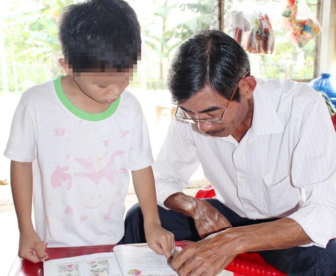Mới đầu năm học, phát hiện ba học sinh lớp 2 của trường chuẩn quốc gia không đọc được chữ