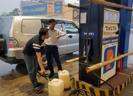 Yêu cầu đóng cửa cây xăng tự ý nâng giá bán sau cơn bão số 10
