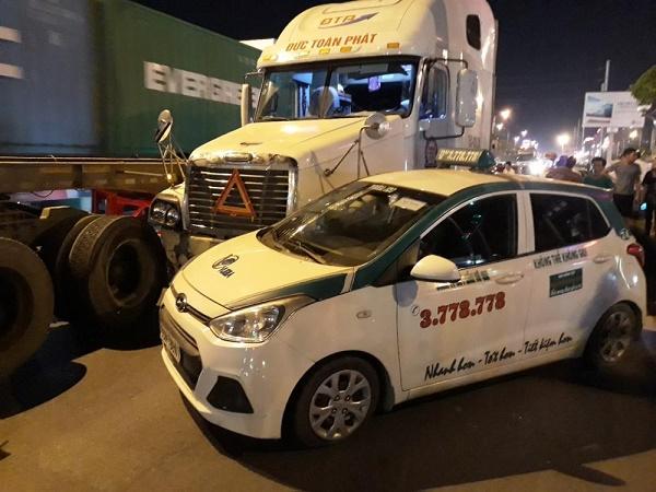 Container mất lái đâm hàng loạt xe đang dừng đèn đỏ
