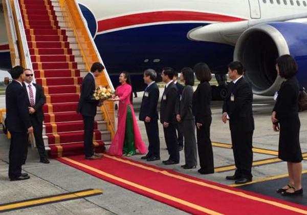 Danh tính cô bạn mặc áo dài duyên dáng được tặng hoa cho Thủ tướng Canada - Ảnh 1.