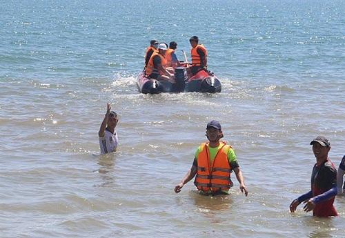 Hai anh em bị sóng cuốn trôi khi ra tàu cá chìm chơi