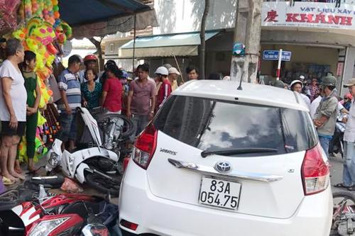 """Công an tỉnh Sóc Trăng thông tin vụ xe ô tô lao lên vỉa hè """"ủi"""" 7 xe máy"""