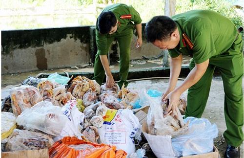 Phát hiện gần 1,2 tấn thực phẩm hôi thối trong kho đông lạnh