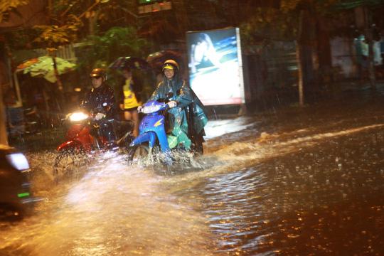 TP HCM tắc đường vì ngập và cây đổ do ảnh hưởng bão số 14
