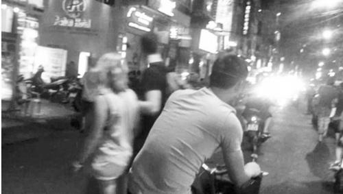 Bi hài khi 'trai đẹp' đổ xô đến phố Tây hành nghề mát-xa dạo