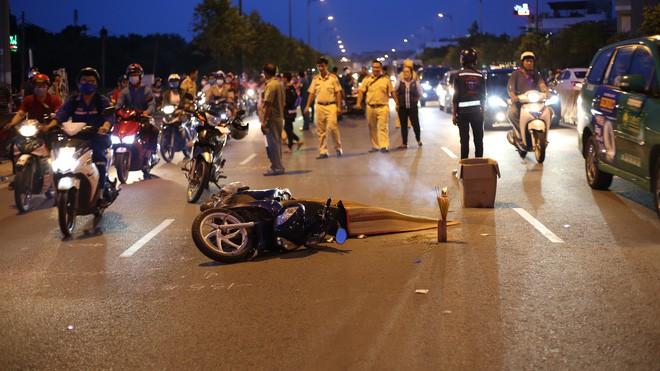 Va chạm với xe máy, người phụ nữ bị xe biển xanh cán tử vong - Ảnh 1.
