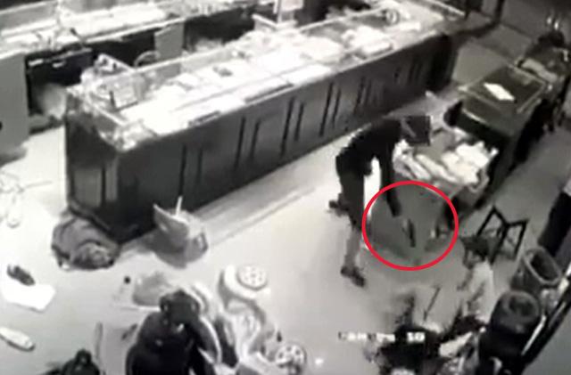 Chủ tiệm vàng chống trả quyết liệt nhóm cướp: Thu được súng tại hiện trường