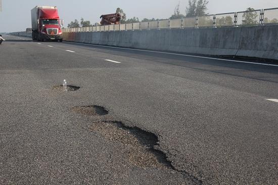 Cao tốc Đà Nẵng – Quảng Ngãi hư hỏng: Liệu có xảy ra tình trạng lấp liếm rồi... xong chuyện?