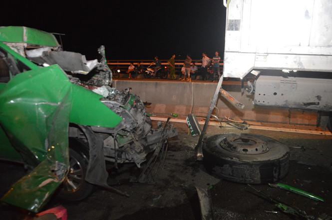 Taxi đâm xe tải trên cầu Cần Thơ, 3 người chết