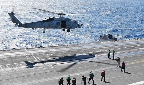Trực thăng Mỹ rơi trên boong tàu sân bay ngay sau khi cất cánh