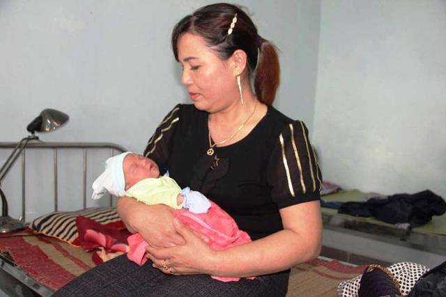 Bé gái sơ sinh bị bỏ rơi dưới hàng cây xà cừ