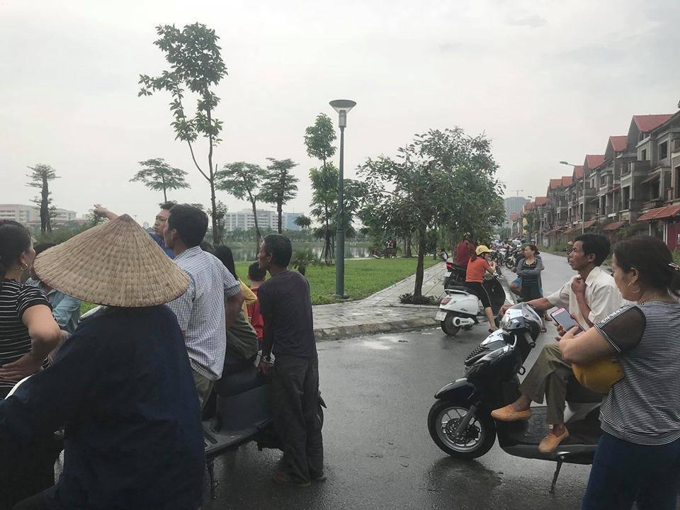 Đi tập thể dục, bàng hoàng phát hiện thi thể nhiều vết thương dưới hồ ở Bắc Ninh