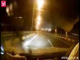 Video: Hốt hoảng xe máy chạy ngược chiều, lao thẳng vào đầu ô tô
