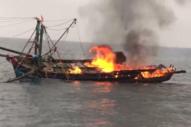 - Cháy tàu cá trên biển, 7 ngư dân Nghệ An được cứu thoát chết