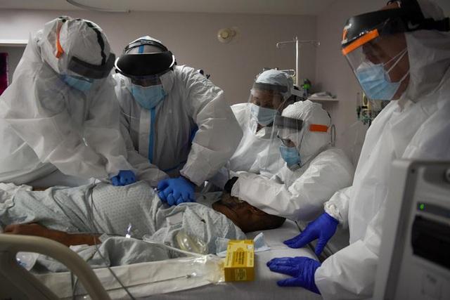 - Mỹ vượt 5 triệu ca mắc COVID-19, hơn 160.000 người tử vong