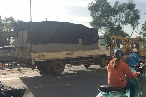 TP.HCM: Dừng trên đường để sửa xe, tài xế xe tải bị xe container tông tử vong