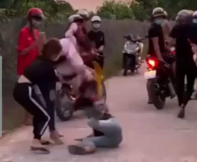 Vụ nữ sinh tố bị bạn gái 'yêu râu xanh' đánh ghen, quay clip: Chủ tịch Hội phụ nữ xã tiết lộ gì?