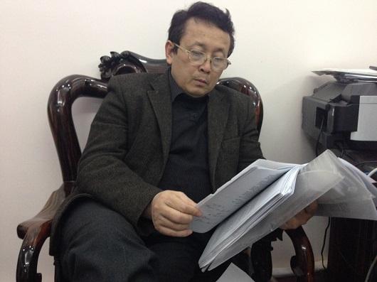 Thầy Khánh thỉnh thoảng lại mang đống đơn do những người dưới quyền ra đọc và cảm thấy xót xa cho nhưng người mình từng giảng dạy và giúp đỡ