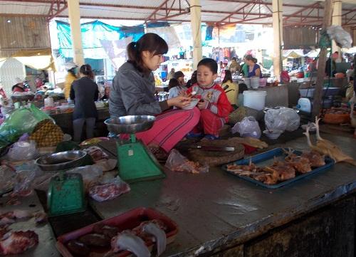 Hàng ăn bán cùng hàng tươi sống
