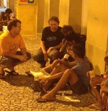 Phóng viên người Anh Matt Roper nói chuyện với các bé gái bán dâm ở Brazil.