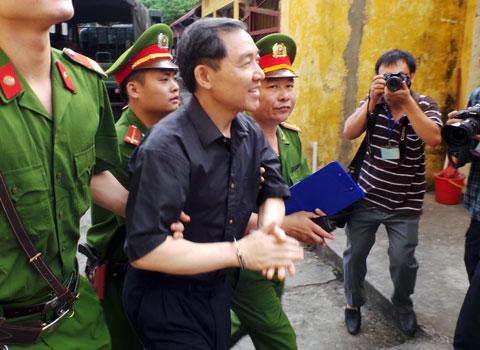 Phía sau công đường vụ xét xử Dương Tự Trọng