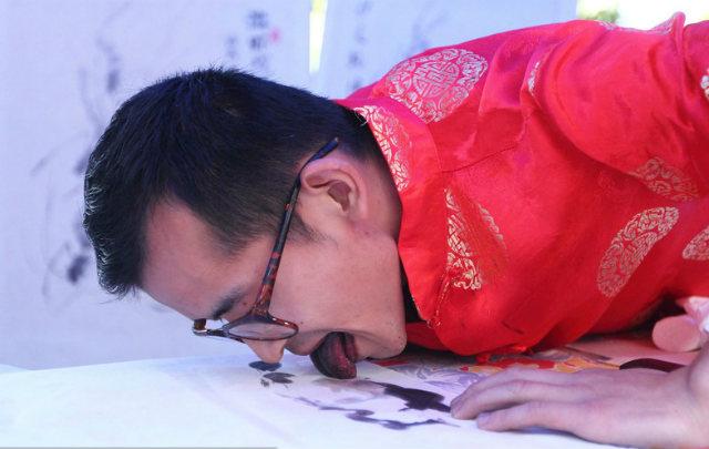 Độc đáo nghệ sĩ vẽ tranh bằng…lưỡi
