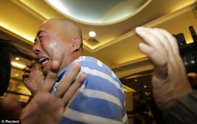 """Thân nhân """"vật vã"""" trước tin MH370 rơi xuống Ấn Độ"""