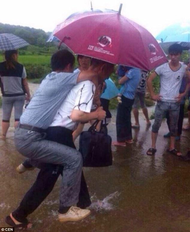 """""""Quan phụ mẫu"""" Trung Quốc bị sa thải vì sợ…ướt giày"""