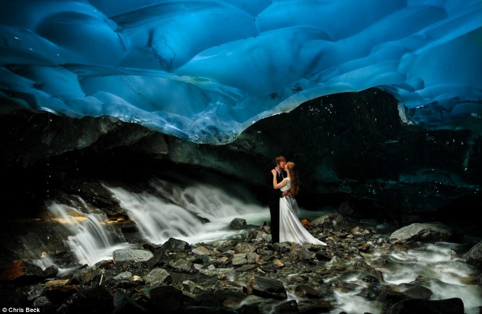 Chiêm ngưỡng bộ ảnh cưới đẹp lung linh trong động băng Alaska