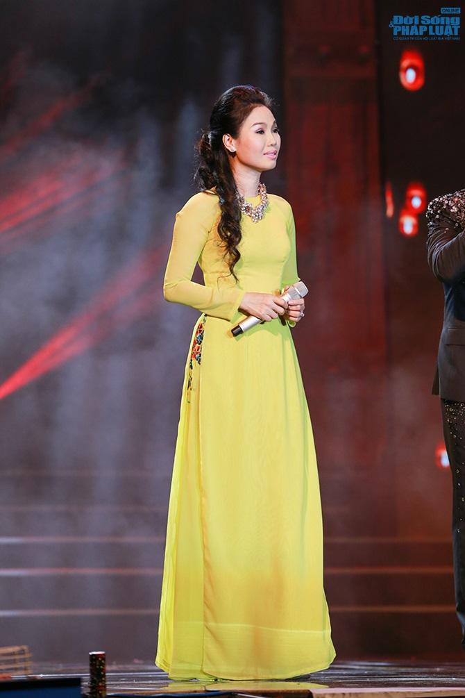 Quách Tuấn Du ôm mẹ khóc sau khi cạo đầu trên sân khấu