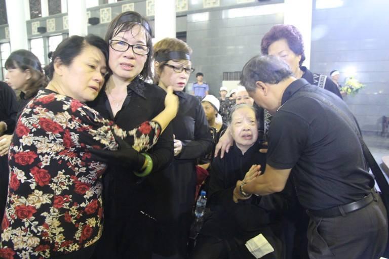 Đồng nghiệp đau buồn tiễn đưa NSND Trịnh Thịnh