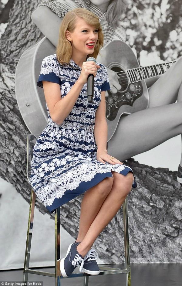 Taylor Swift tươi rói sau khi làm lành với Selena Gomez
