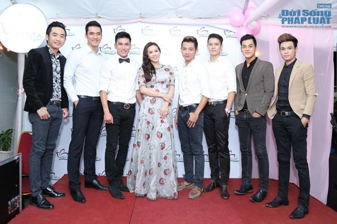 Hoa hậu Thu Hoài tự tin khoe dáng bên dàn mỹ nam