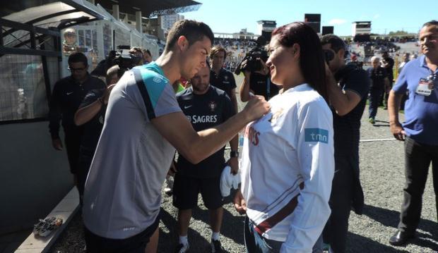 Ronaldo đỏ mặt vì fan nữ đòi ký lên... ngực