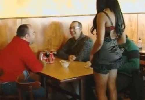 Nhà hàng yêu cầu nhân viên ăn mặc hở hang để