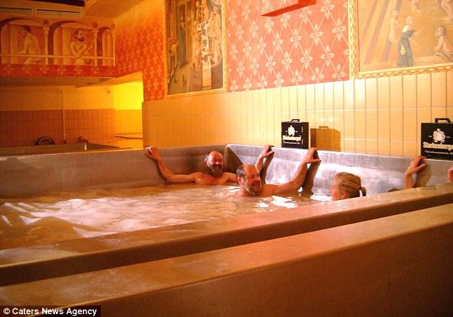"""Dịch vụ tắm trong bể bia ở Áo """"hút khách"""""""