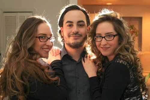 Thêm một cặp chị em sinh đôi cùng chung bạn trai