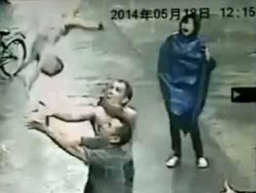 Thót tim màn đỡ tay không em bé rơi từ căn hộ tầng 2
